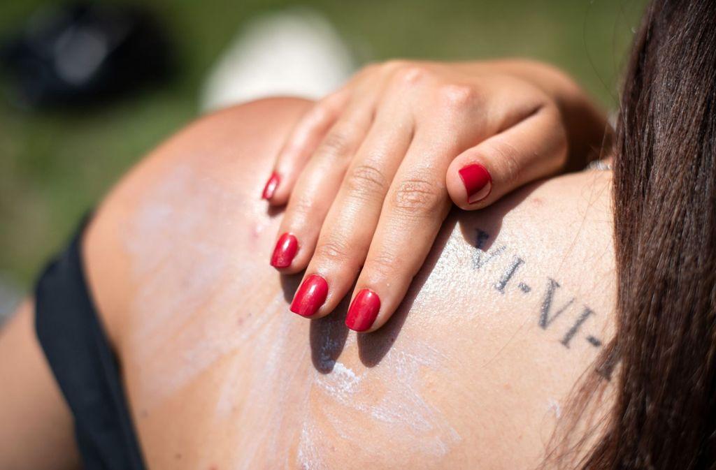 Die Menschen sollten ihre Haut mit Sonnencreme schützen. Foto: dpa