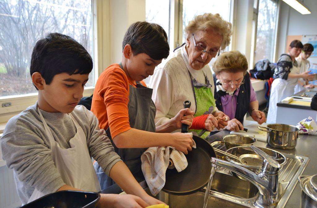 Senioren und Schüler kochen gemeinsam Maultaschen. Foto: Fatma Tetik