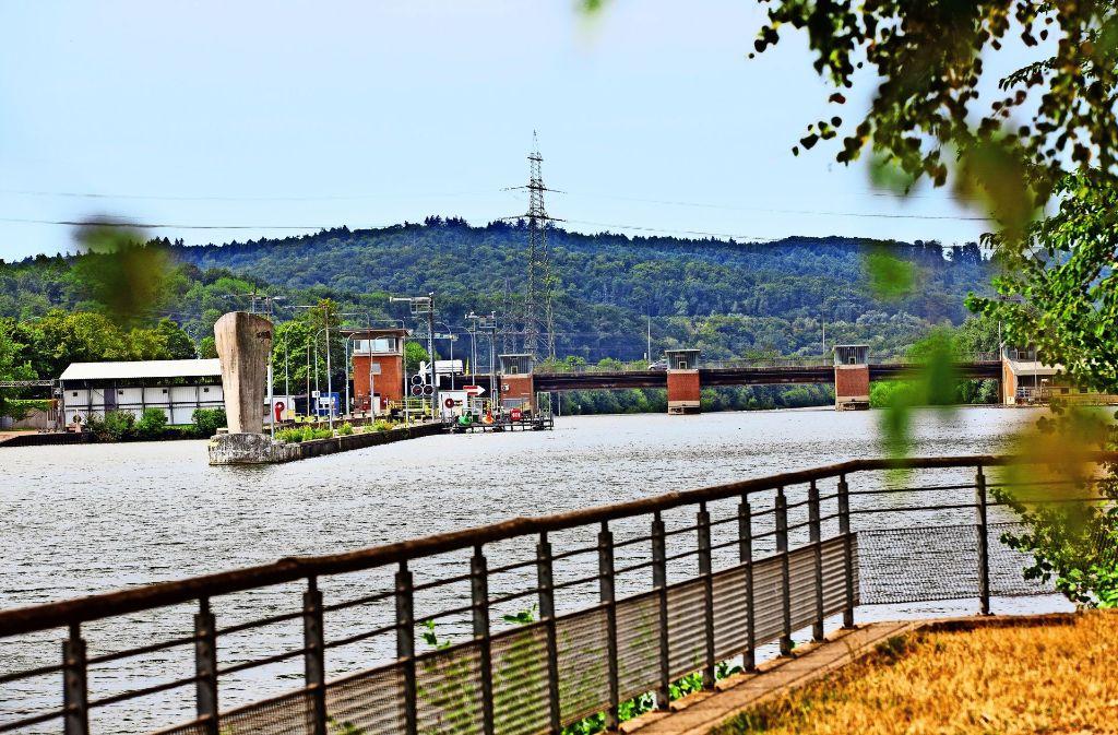 Der Ausbau der Neckarschleusen, hier die Anlage bei Deizisau,  soll den Verkehr von der Straße aufs Wasser bringen. Foto: Ines Rudel