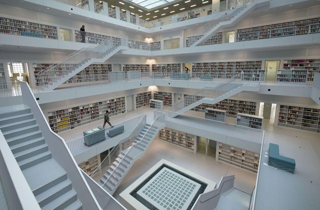 Bücher, Magazine, DVDs, Karten und vieles Mehr. Wie die Medien der Stadtbibliothek sortiert werden, zeigen wir im Video. Foto: dpa
