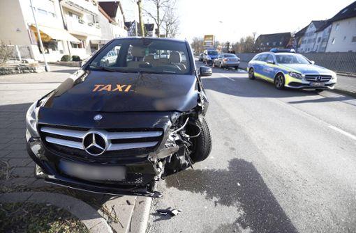 81-jähriger Taxifahrer gerät auf die Gegenspur