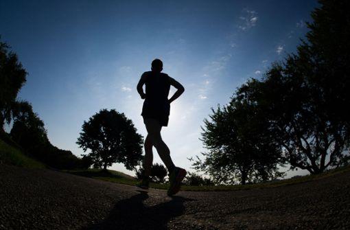Jogger tritt unbekanntem Angreifer gegen das Knie