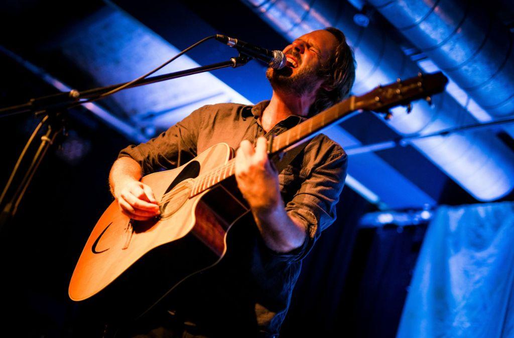 Dieser Sänger lebt seine Lieder: Gisbert zu Knyphausen am Sonntagabend im Merlin Foto: Lichtgut/Christoph Schmidt