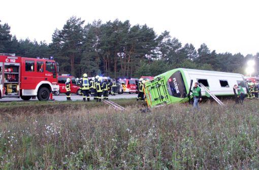 Fernbus kommt von Straße ab - 31 Verletzte