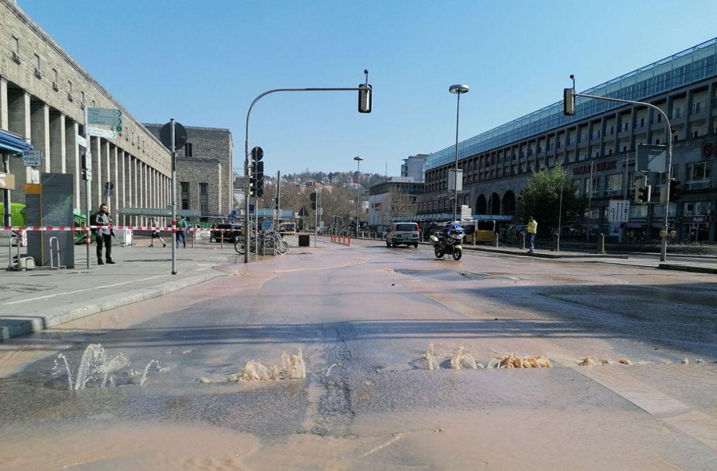 Ein Wasserrohrbruch sorgt für Verkehrsbehinderungen am Hauptbahnhof Foto: Andreas Rosar