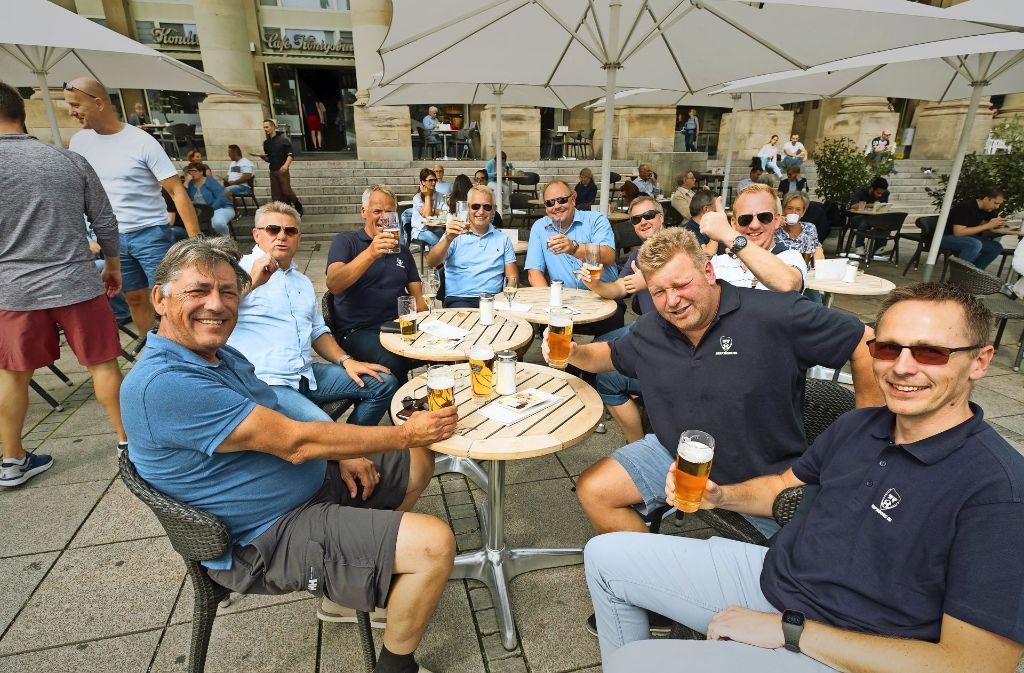 Das Bier schmeckt, die Laune ist bestens: die norwegischen Fans sind in Feierlaune. Foto: Lichtgut/Achim Zweygarth