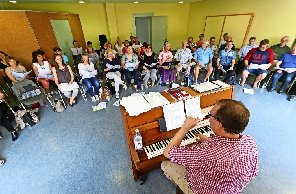 Kai Müller gibt den Ton an – auch im Internet, wo die Chormitglieder die Stücke probehören können. Foto: factum/Granville