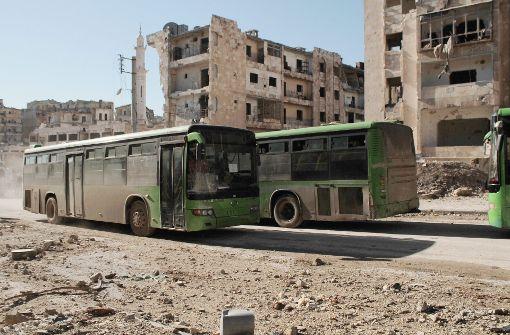 Busse bringen erste Zivilisten aus belagerten Orten