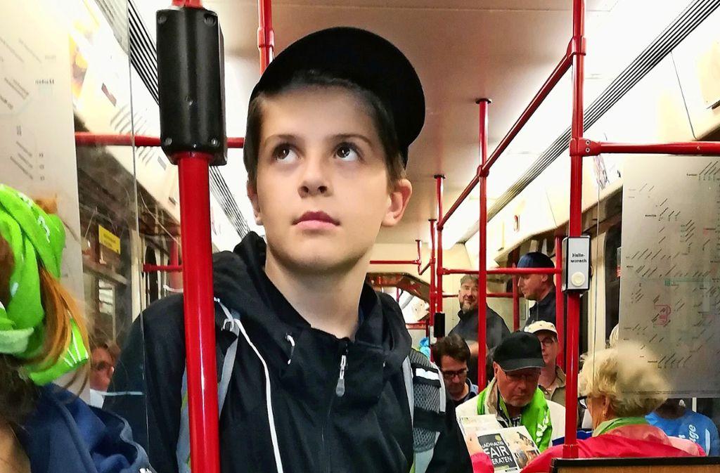 Samuel mit seinem großen Kirchentagsballon in der U-Bahn. Foto: Sabine Löw