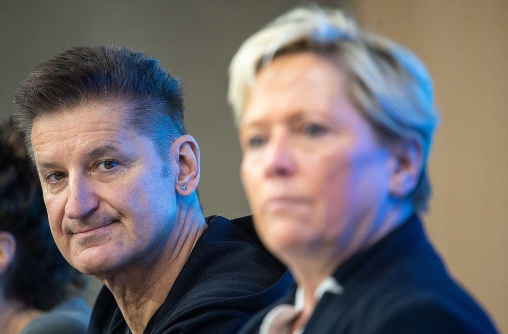 Der Musiker Engler und die Ministerin Eisenmann kämpfen gegen Analphabetismus. Foto: dpa