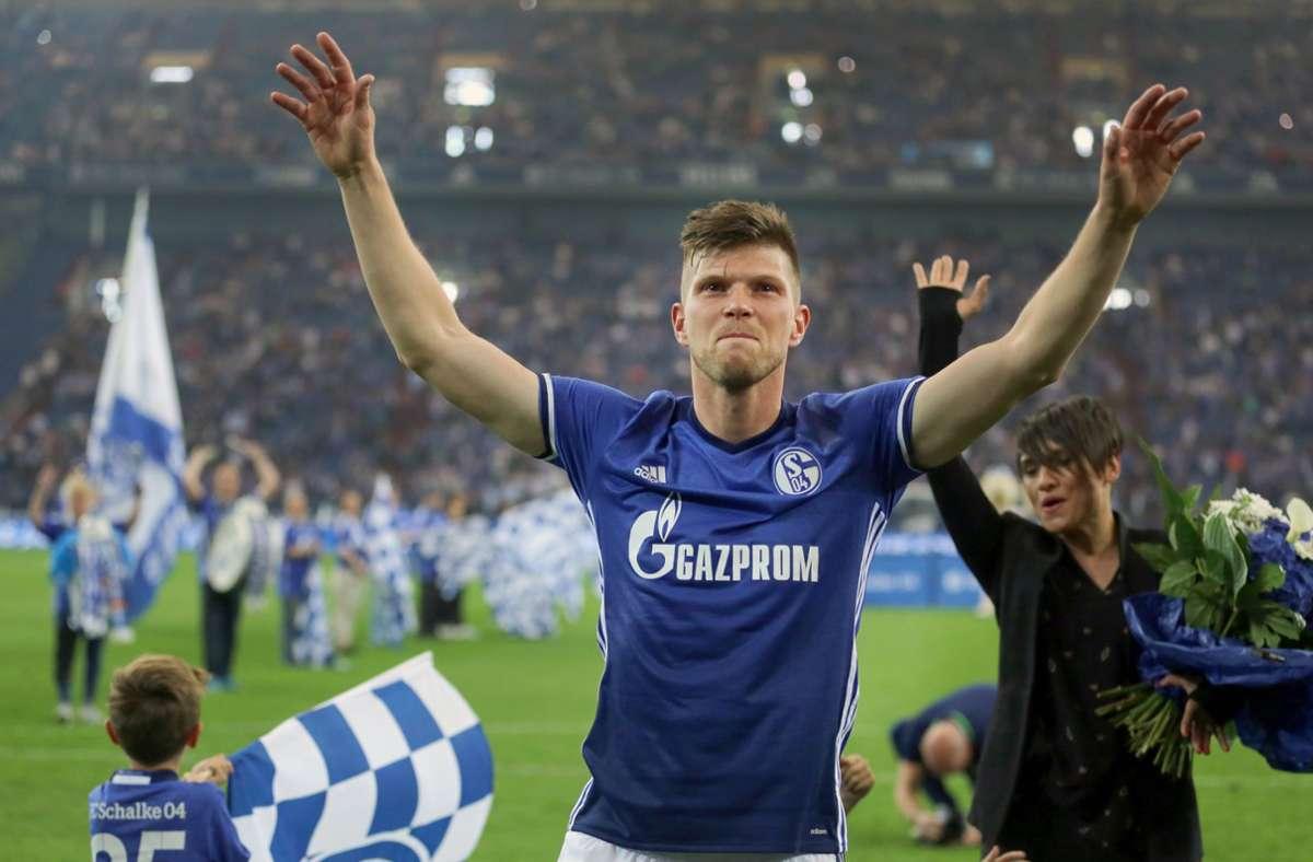 Klaas-Jan Huntelaar von Schalke wird nach seiner Verabschiedung von den Fans gefeiert – nun kehrt der Stürmer zurück. Foto: dpa/Ina Fassbender