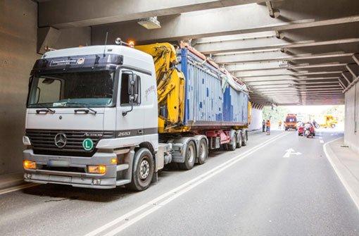 Lkw bleibt in Tunnel stecken
