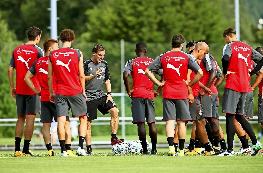 Alle Mann aufgepasst: Der VfB-Trainer Hannes Wolf, der einen komplexen Fußballansatz verfolgt, gibt genaue Anweisungen an die Spieler. Foto: Baumann