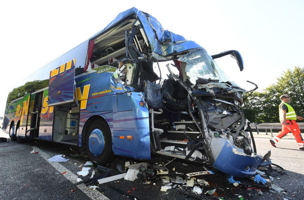 Der vordere Bereich des Busses ist bei dem Unfall völlig zerstört worden. Foto: dpa