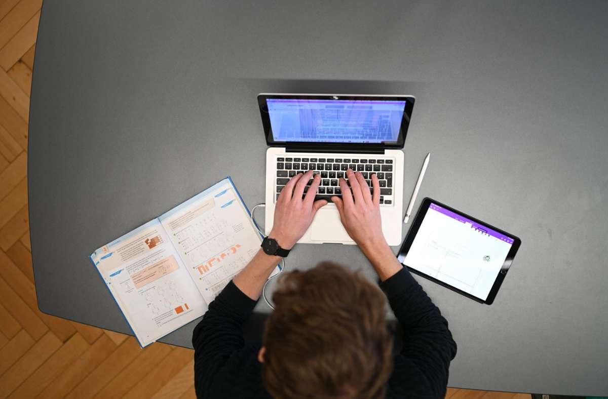 Ulm empfiehlt seinen Schulen einstweilen online zu unterrichten. (Symbolbild) Foto: dpa/Felix Kästle