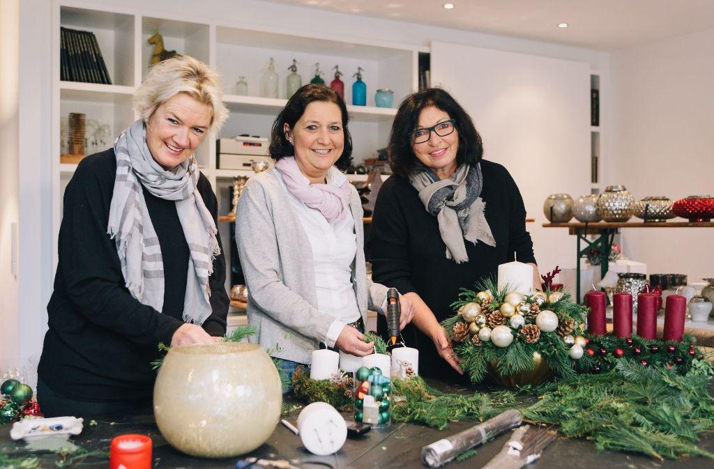 Unermüdlich kreieren Uki Wächtler, Gabi Transier und Ingrid Dolde (v.li.) Festliches für ihren Benefiz- Weihnachtsmarkt. Foto: Lichtgut/Verena Ecker