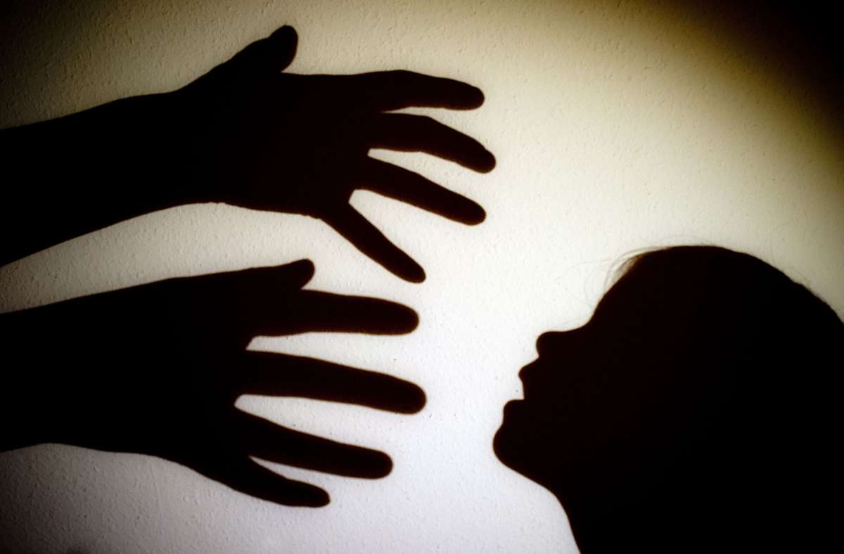 Ein Großvater aus dem Kreis Göppingen soll seine Enkelin sexuell missbraucht haben. (Symbolbild) Foto: picture alliance / dpa/Patrick Pleul