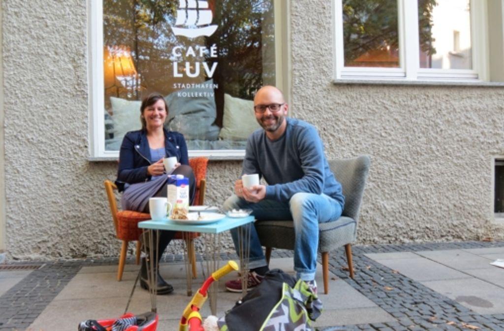 Ruth Leimig und Steffen Gross  sitzen vor dem Café Luv am Jakobsbrunnen. Foto: Julia Bayer