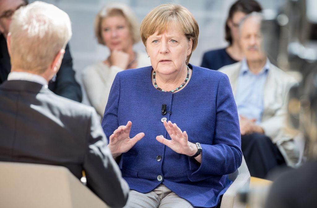 """Bundeskanzlerin Angela Merkel (CDU) am Montag in Berlin bei der Aufzeichnung der Sendung """"Forum Politik"""" des Fernsehsenders Phönix. Foto: dpa"""