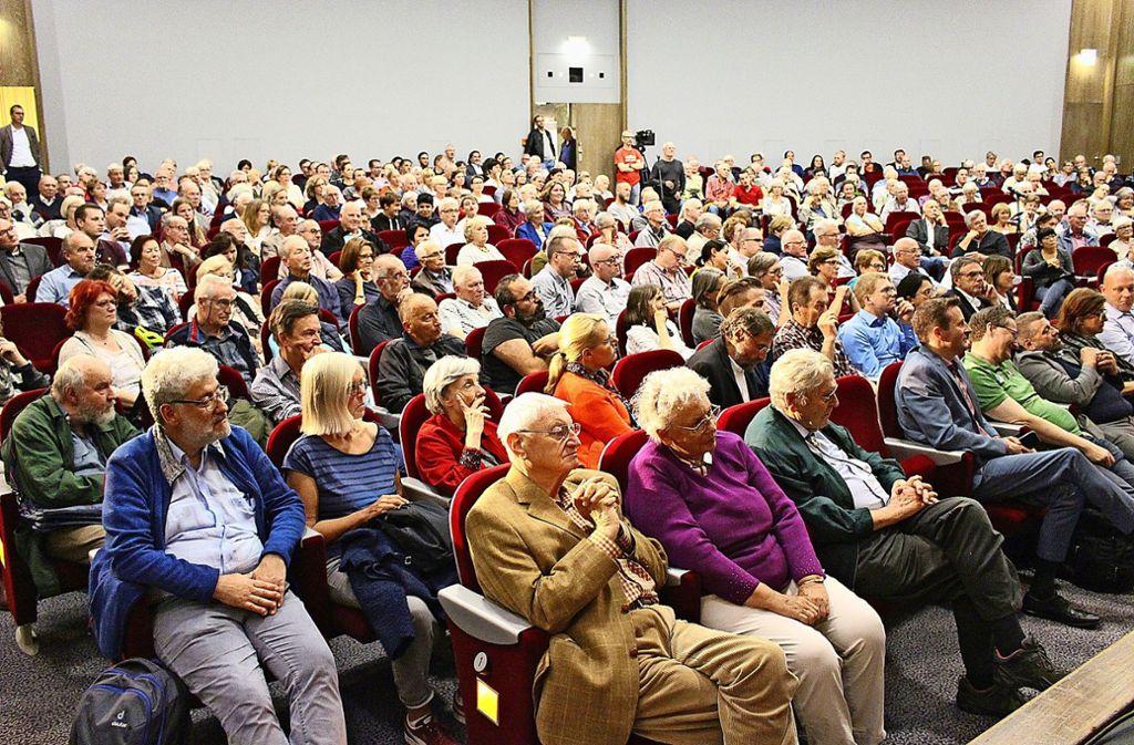 Bei der  ersten Einwohnerversammlung seit sechs Jahren platzte das Augustinum-Theater aus allen Nähten. Foto: Caroline Holowiecki
