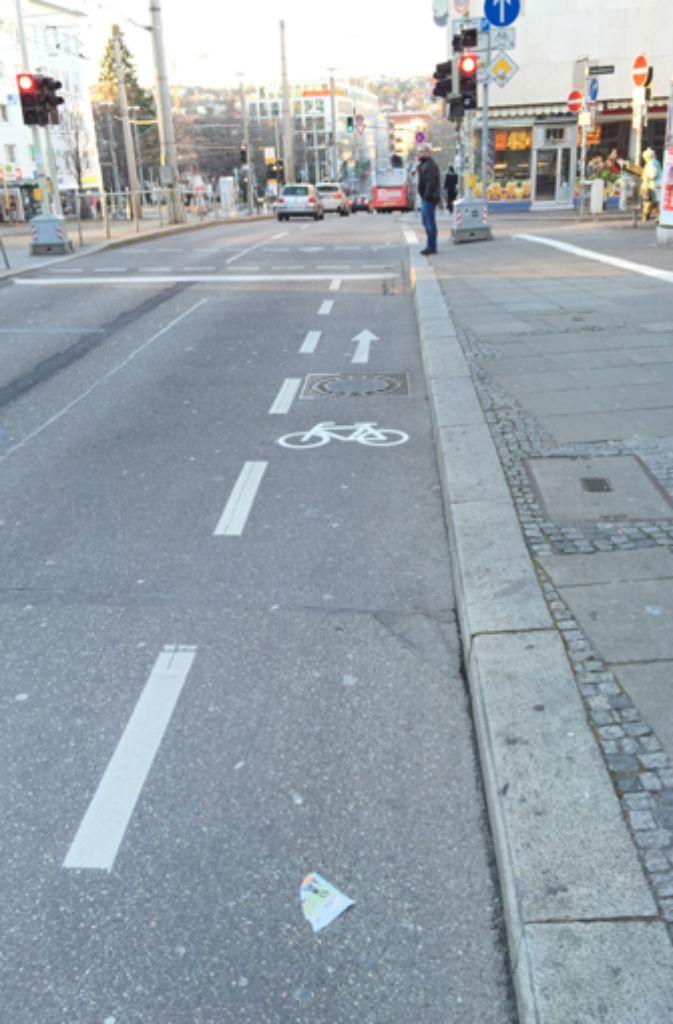 Problematik für Radler: Hier ist die Fahrradspur so schmal, dass der Sicherheitsabstand nicht eingehalten werden kann.  Foto: Christine Lehmann (christine-lehmann.blogspot.de)