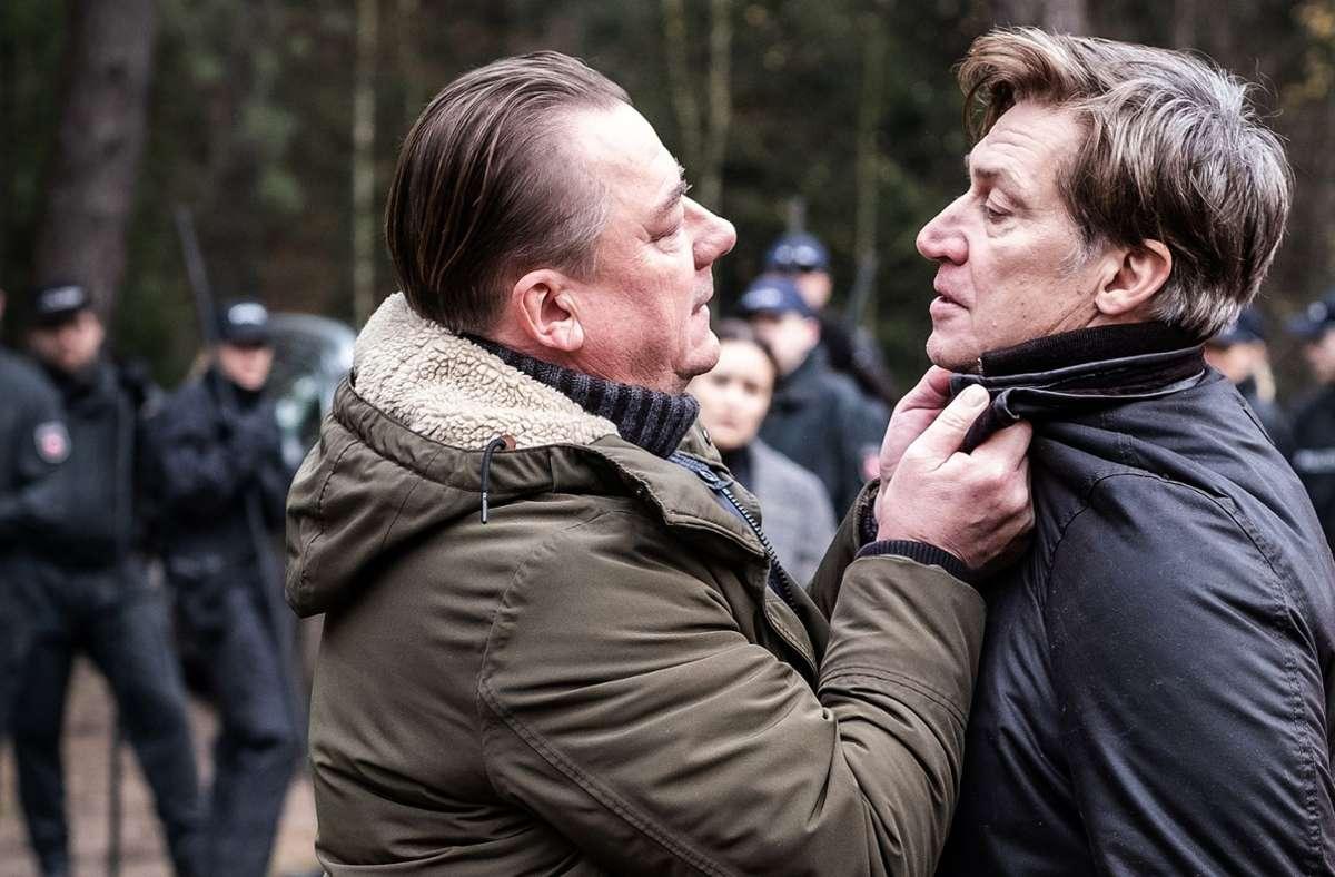 Wallat (Peter Kurth, li.) geht Hagenow (Tobias Moretti) hart an. Foto: ARD Degeto/Boris Laewen