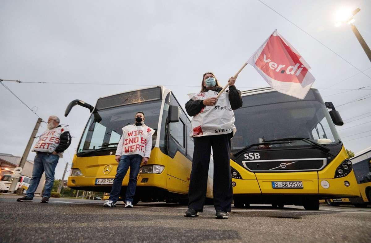 Vereinbarung während des Warnstreiks: Die SSB-Busse werden auch am Mittwoch in Stuttgart unterwegs sein. Foto: dpa/Marijan Murat