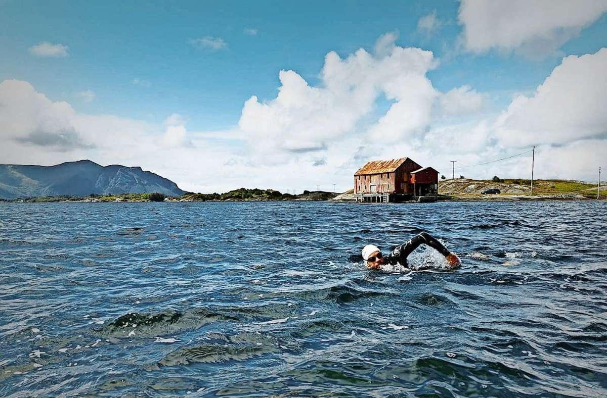Ein Mann, ein Fjord: Jonas Deichmann beim Schwimmtraining in Norwegen. Foto: Markus Weinberg