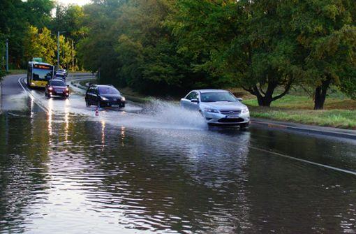 Straße nach Wasserrohrbruch überflutet