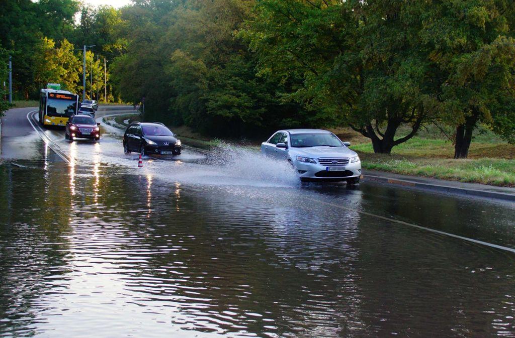 Wassermengen überfluten am Montagmorgen die Straße Am Kräherwald. Foto: Andreas Rosar Fotoagentur-Stuttgart