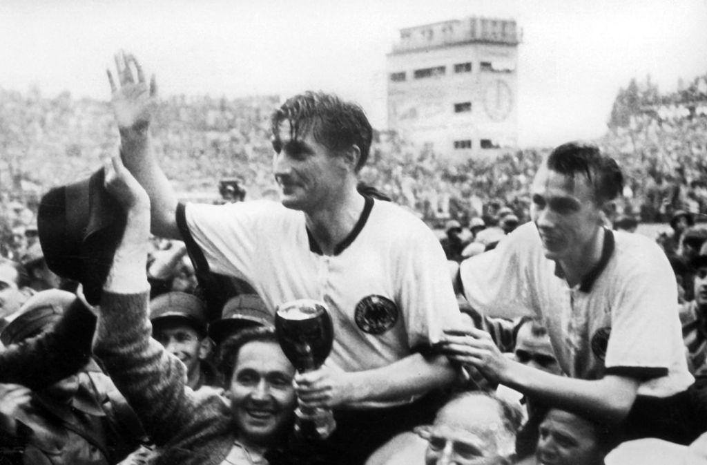 Weltmeister Fritz Walter (li.) und Horst Eckel: Die Legende lebt dank der Hörfunkreportage von Herbert Zimmermann. Foto: dpa