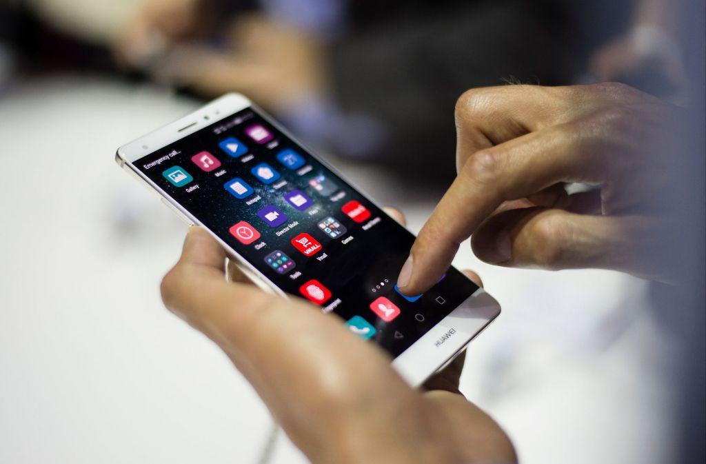 Bei Außentemperaturen unter dem Gefrierpunkt schalten sich Smartphones ohne Vorwarnung aus. Foto: dpa