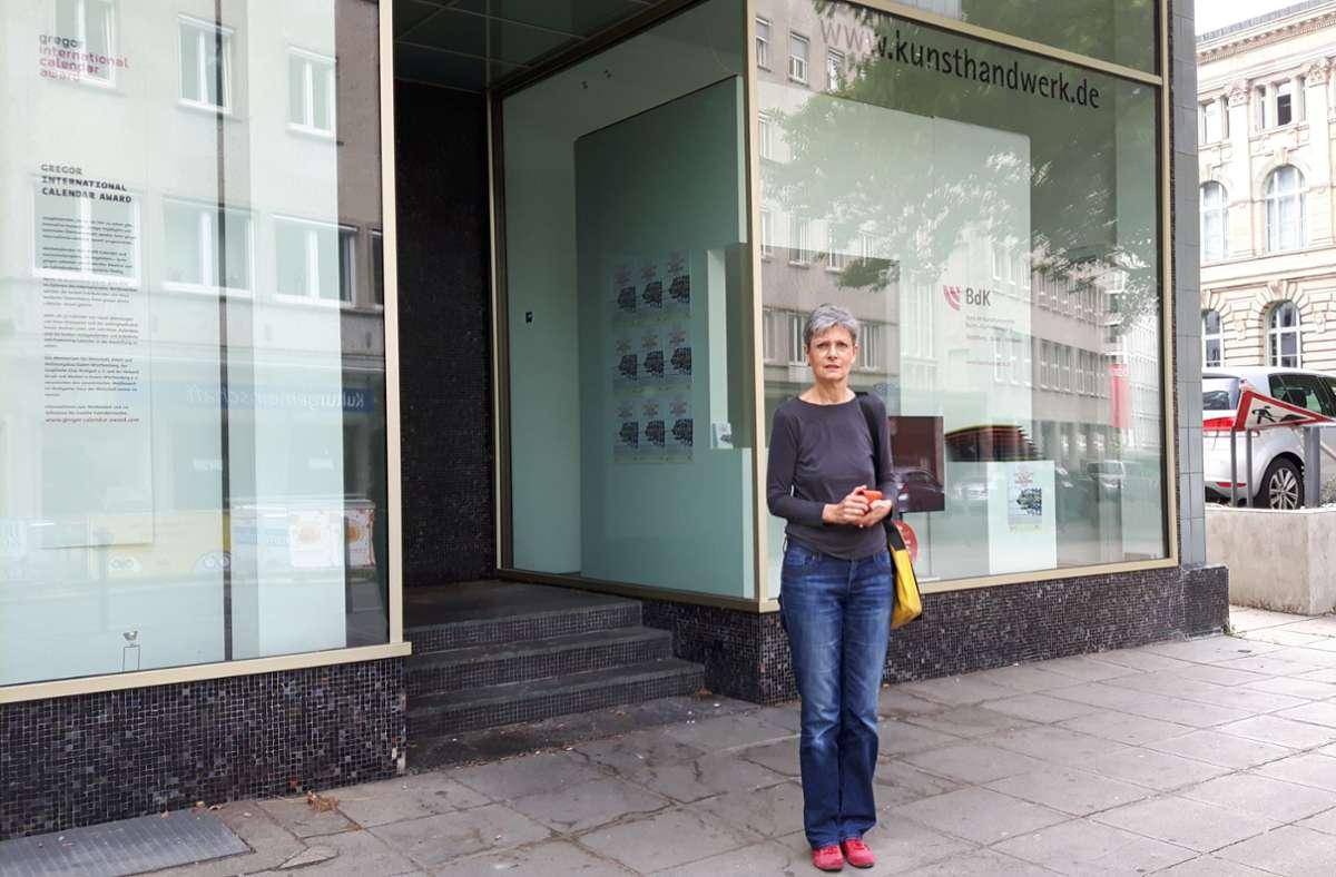 """Sabine Reichert vor ihrem Schaufenster am """"Pinkeleck"""" an der Theodor-Heuss-/Willi-Bleicher-Straße. Foto: Eva Funke"""
