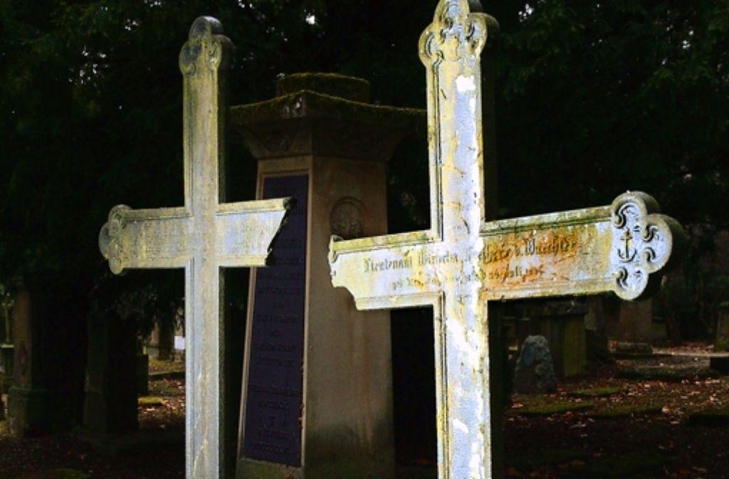 Feuchtigkeit bedroht die historischen Grabsteine. Foto: Achim Zweygarth