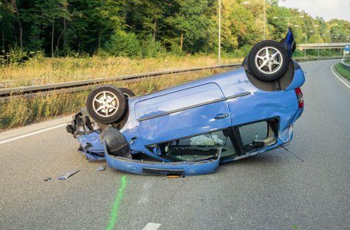 Raser rammt überholtes Auto