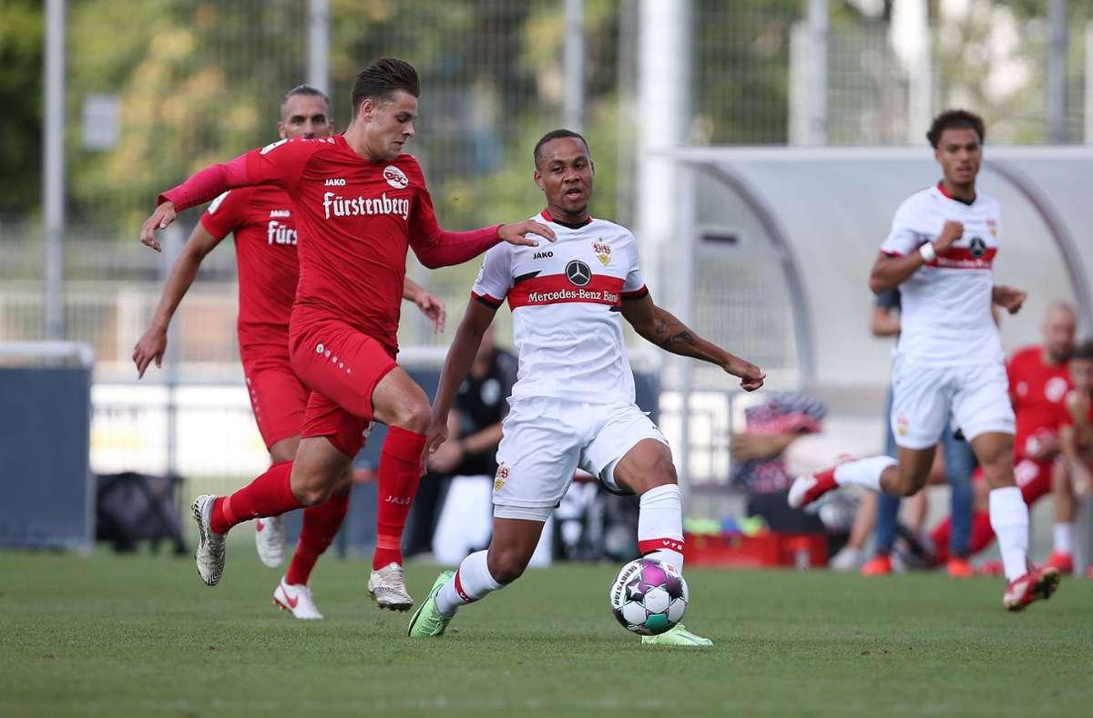 VfB-Profi Nikolas Nartey im Zweikampf mit  Luca Köbele vom Bahlinger SC. Foto: Pressefoto Baumann/Alexander Keppler