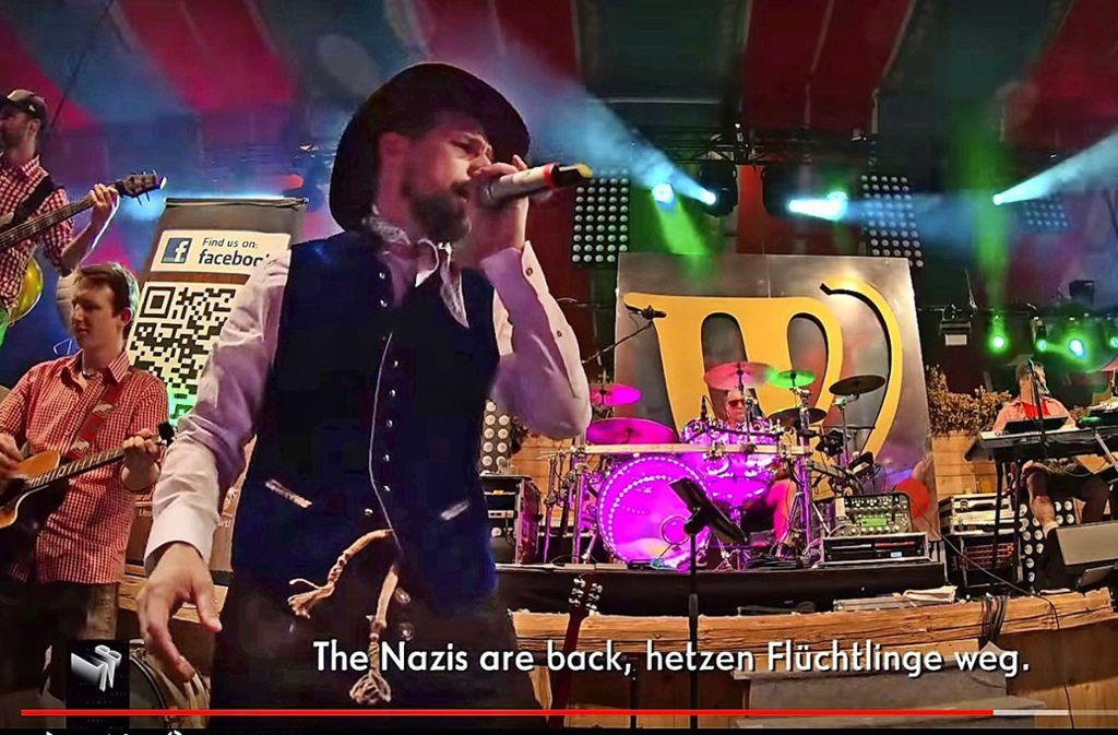 Klaas Heufer-Umlauf singt im Schwabenbräu-Zelt Foto: Prosieben