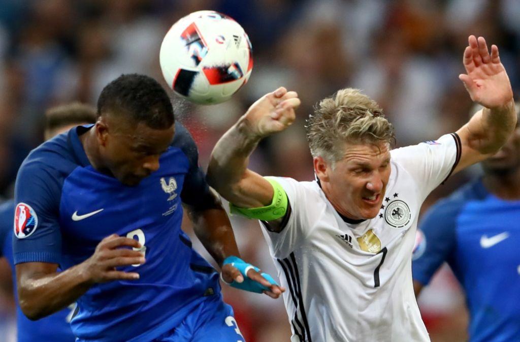 Entscheidende Szene im Halbfinale: Bastian Schweinsteiger (re.) bekommt den Ball an die Hand Foto: Getty