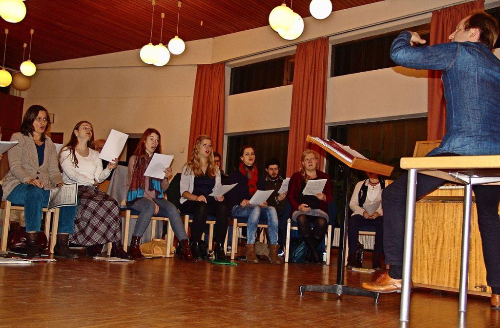 Johannes Knecht und der Philharmonia Chor proben im Gemeindesaal von Herz Jesu in Gablenberg Foto: Friedl
