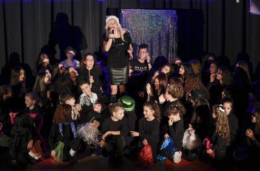 150 Tänzer auf einer Bühne