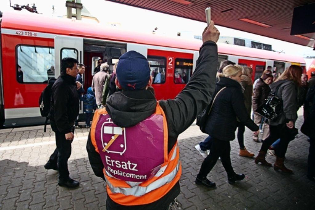 Mitarbeiter der Bahn zeigen den Fahrgästen in Ludwigsburg, wo es zu den Ersatzbussen nach Asperg und Tamm geht. Foto: FACTUM-WEISE