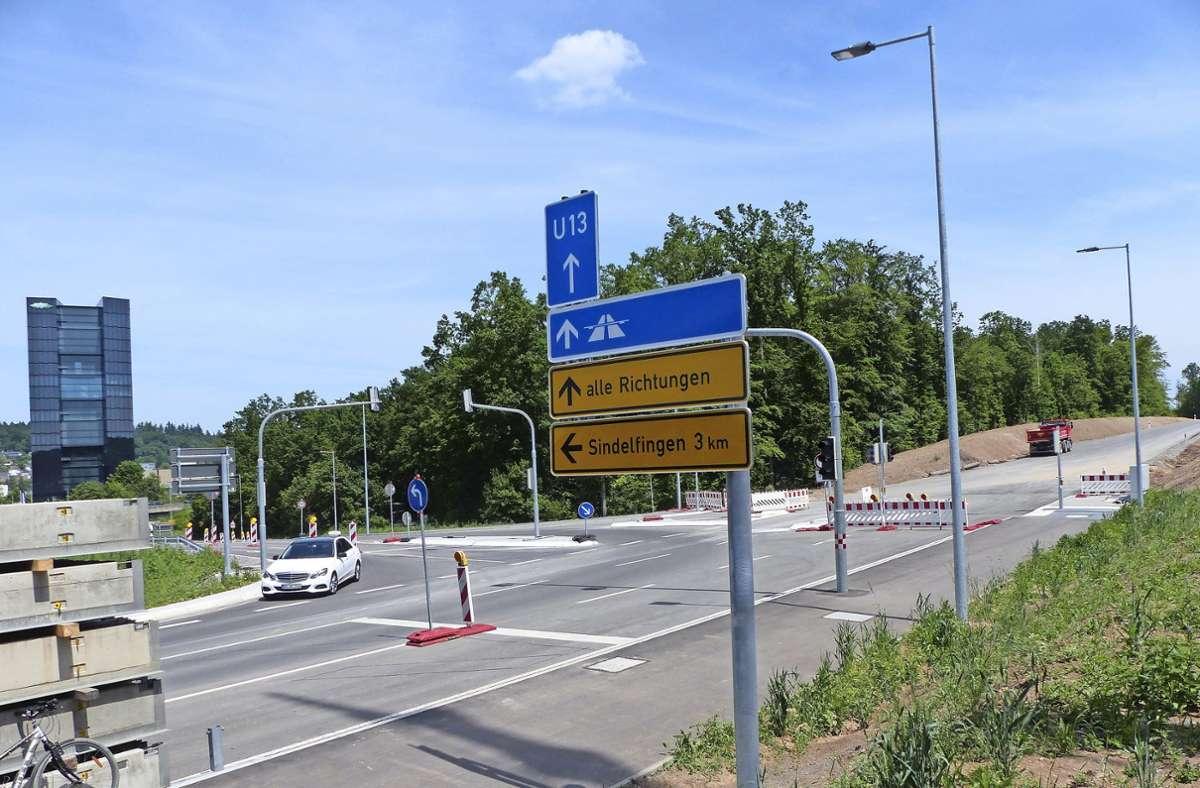 Vor zwei Jahren wurde  im Böblinger Nordosten kräftig abgeholzt, um die  Verbindung der Leibnizstraße zur A 81  zu ermöglichen, wie rechts im Bild zu sehen.  Der Straßenbau hat viel Wald gekostet. Ein Teil der abgeholzten Fläche wird im Landkreis Göppingen aufgeforstet, für den Rest werden noch Ersatzareale gesucht. Foto: Stürm