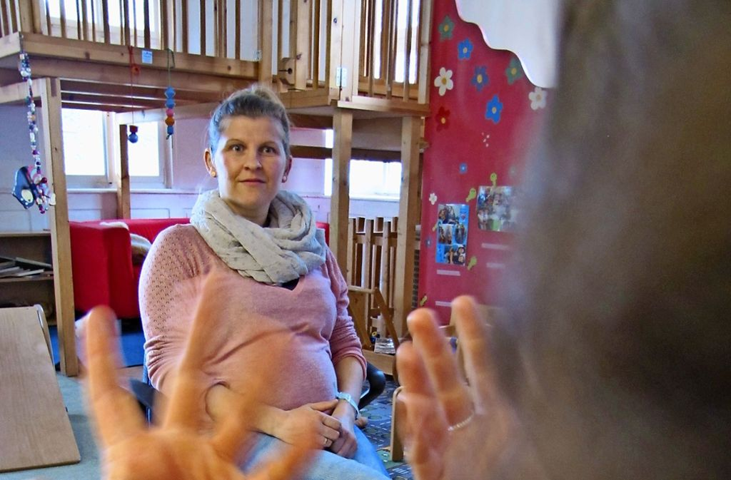 Janina Dieudonné kann endlich an Elternabenden teilnehmen. Foto: Judith A. Sägesser