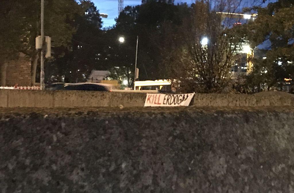 Anti-Erdogan-Banner an der Unterfahrung des Gebhard-Müller-Platzes. Foto: mil