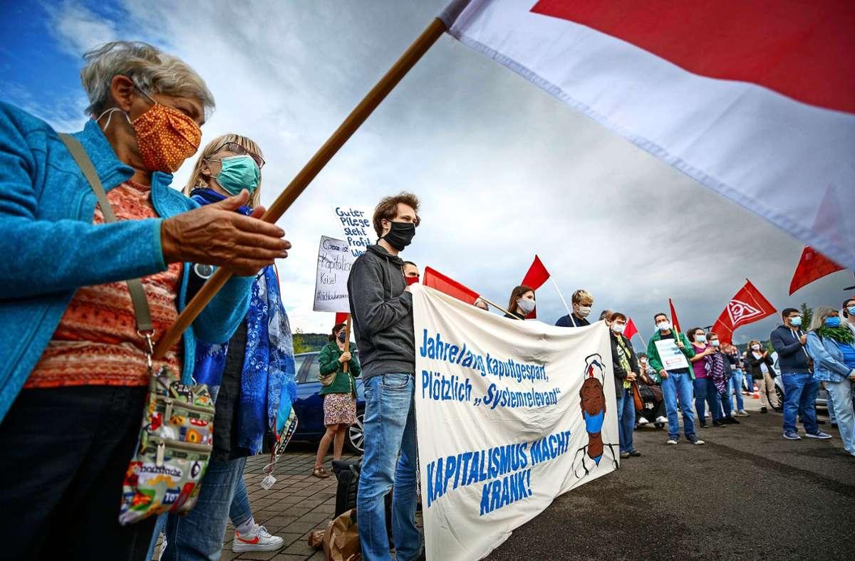 Rund 70 Klinikmitarbeiter demonstrieren in Winnenden für bessere Arbeitsbedingungen. Foto: Gottfried Stoppel