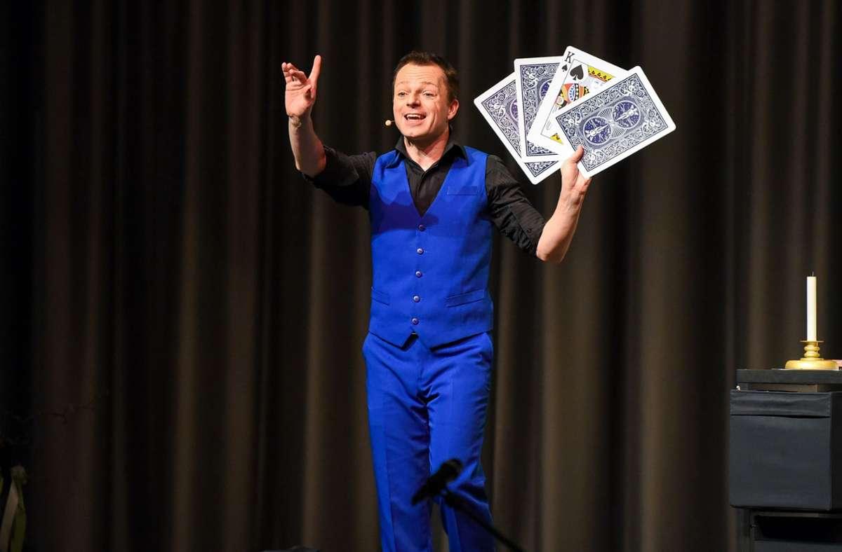 Preisgekrönter  Zauberkünstler und charmanter Entertainer:  Timo Marc. Foto: Kreiszeitung Böblinger Bote/Thomas Bischof