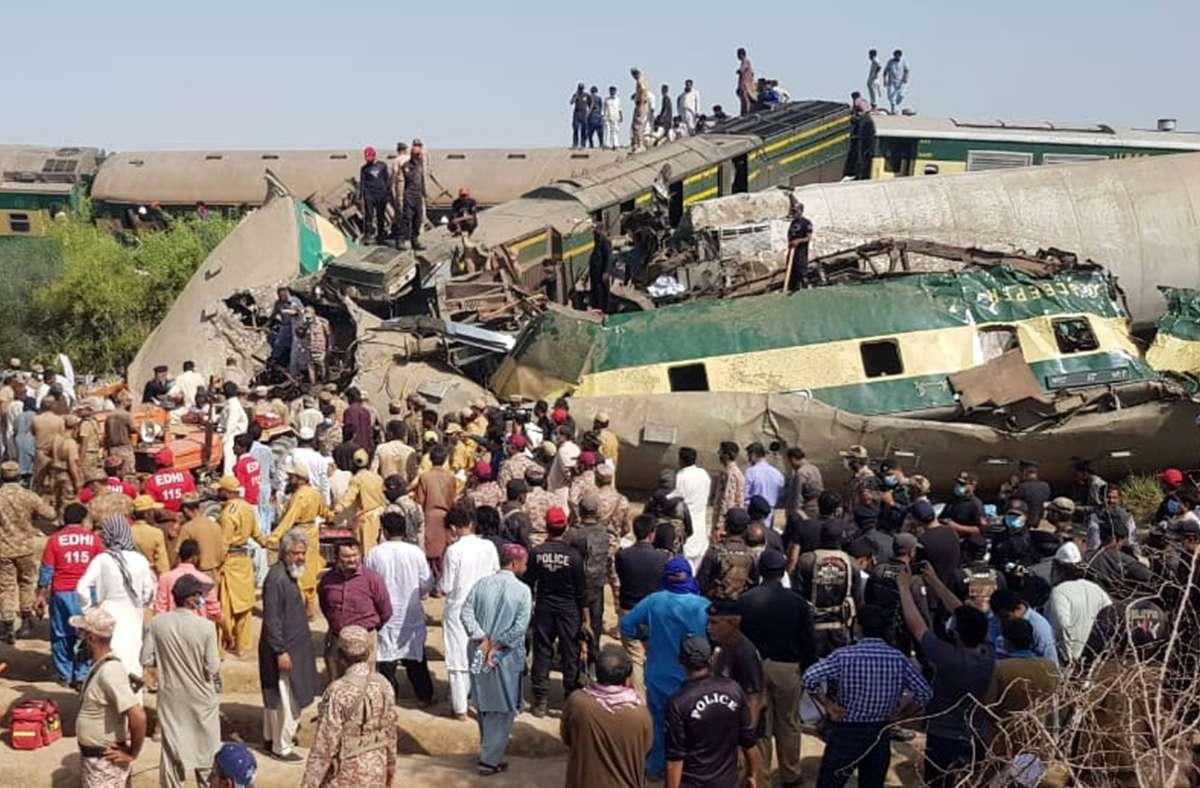 Pakistan, Ghotki: Rettungskräfte sind am Ort der Zugkollision im Einsatz. Foto: dpa/Str