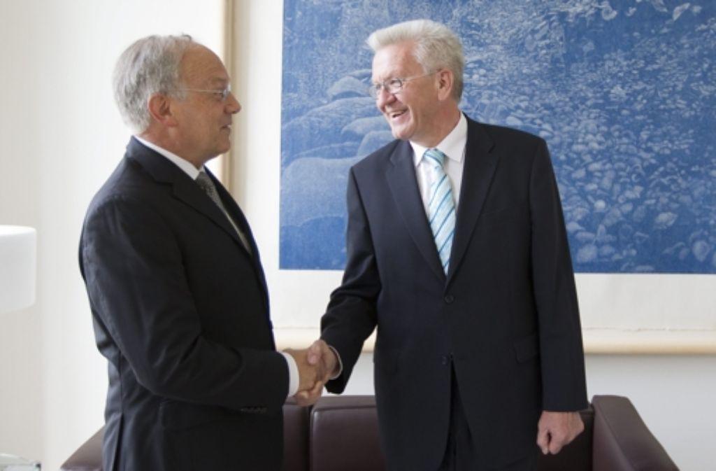 Winfried Kretschmann (rechts) trifft sich mit dem Schweizer Wirtschaftsminister Johann Schneider-Ammann. Foto: dapd