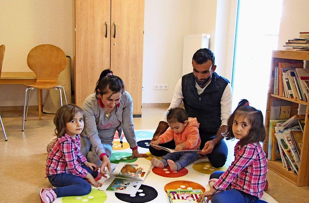 Rudin Ali, ihr Mann Fayez al Sayed mit ihren Kindern im Spielzimmer der Unterkunft an der Helene-Pfleiderer-Straße Foto: Cedric Rehman