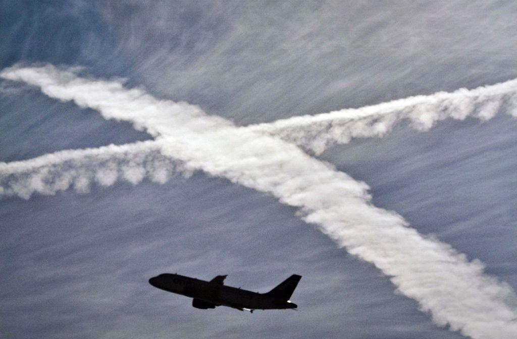 Zwischen 10 und 20 Prozent der Bevölkerung glauben an eine Verschwörungstheorie, zum Beispiel, dass sie durch Chemtrails – also durch Flugzeuge versprühte Substanzen –  gefügig gemacht werden. Foto: dpa